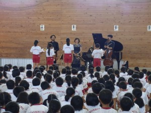 9月14日 吉野小学校でのスクールコンサート(白井圭、伊藤恵、横坂源)
